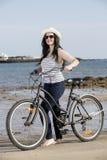Młoda kobieta z rowerem w Lanzarote Obrazy Royalty Free
