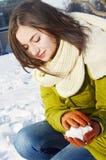 Młoda kobieta z snowball w zimie Zdjęcie Stock
