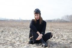 młoda kobieta z turbanu obsiadaniem na piasku Zdjęcie Royalty Free