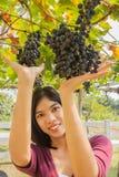 Młoda kobieta z winogronami plenerowymi Obrazy Royalty Free