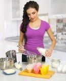 Młoda kulinarna kobieta Obrazy Royalty Free