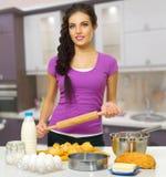 Młoda kulinarna kobieta Zdjęcie Stock