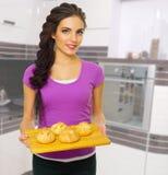 Młoda kulinarna kobieta Zdjęcia Royalty Free
