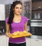Młoda kulinarna kobieta Fotografia Royalty Free