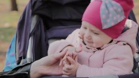 M?oda matka z jej c?rk? w dziecko frachcie komunikuje zbiory wideo