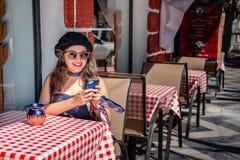 M?oda modni? dziewczyna cieszy si? pr?towego taras, mexico - miasto Meksyk fotografia royalty free