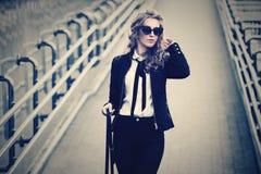 M?oda mody biznesowa kobieta chodzi na miasto ulicie w okularach przeciws?onecznych zdjęcia royalty free