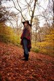 Młoda nastoletniej dziewczyny pozycja w lesie w jesieni Fotografia Stock