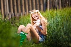 Młoda niewinnie dziewczyna przy jeziorem Obraz Royalty Free