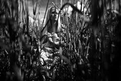 Młoda niewinnie dziewczyna przy jeziorem Zdjęcie Stock