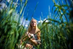 Młoda niewinnie dziewczyna przy jeziorem Zdjęcia Stock