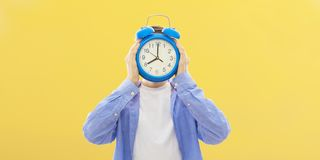 M?oda osoba z zegarem lub alarmem obraz stock