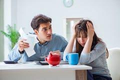 Młoda para patrzeje rodzina finanse tapetuje Fotografia Stock