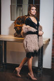 Młoda piękna brunetki kobieta w czerni smokingowy pozować zdjęcia royalty free