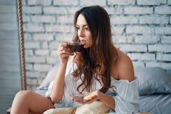 M?oda pi?kna kobieta pije gor?cego kawowego obsiadanie w ? obrazy stock