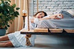 M?oda pi?kna kobieta pozuje w sypialni przy jej nowo?ytnym mieszkaniem obrazy royalty free