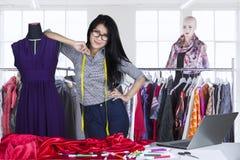 Młoda projektant mody pozycja w miejscu pracy Obraz Stock
