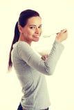 Młoda przypadkowa kobieta je jogurt Zdjęcie Stock