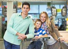 Młoda rodzina przy sklepem Obrazy Royalty Free