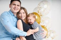 Młoda rodzina trzy ludzie, mamy ` s tata i córki ` s jeden roczniak, Obrazy Royalty Free