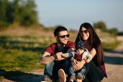 Młoda rodzina z dzieckiem na naturze Fotografia Stock