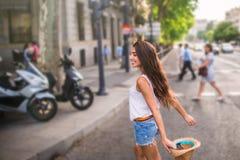 Młoda rozochocona kobieta w ulicie Zdjęcia Stock