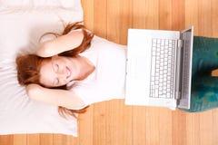 Młoda rudzielec dziewczyna z laptopem Obraz Stock