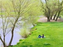 Młoda samiec relaksuje na koc Fotografia Royalty Free