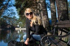 Młoda seksowna blondynki kobieta w parku Fotografia Royalty Free