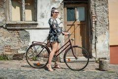 Młoda seksowna brunetki dziewczyna z starym retro stylowym rocznika bicyklem Zdjęcie Royalty Free