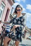 Młoda seksowna brunetki dziewczyna z starym retro stylowym rocznika bicyklem Obrazy Stock