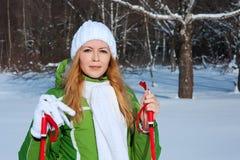 Młoda smilling kobieta w zima lesie Zdjęcia Royalty Free