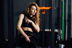 Młoda sportowa kobieta w gym Zdjęcie Royalty Free