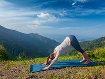 Młoda sporty dysponowana kobieta robi joga oudoors w górach Obrazy Royalty Free