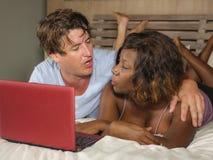 M?oda szcz??liwa, atrakcyjna multiracial para z pi?knym czarnym afro Ameryka?skim lying on the beach i relaksowa? dalej zdjęcie stock