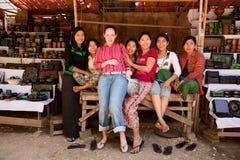 Młoda turystyczna kobieta z lokalnymi dziewczynami w Bagan rynku Zdjęcia Stock