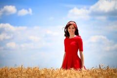 Młoda urocza dziewczyna w pszenicznym polu Zdjęcia Royalty Free