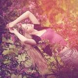 Młoda wiosny mody kobieta w wiosna ogródzie Wiosna modny Fotografia Royalty Free