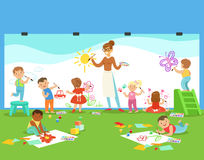 Młode Dzieci W sztuki klasy obrazie Z nauczycielem W przedszkolu I rysunku Fotografia Stock
