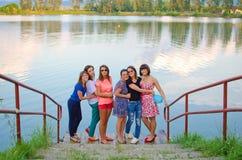 Młode dziewczyny przy morzem Zdjęcie Stock