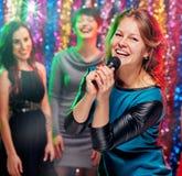 Młode kobiety w karaoke Zdjęcie Royalty Free