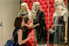 młode kobiety w zakupy centrum handlowym Fotografia Stock