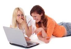 Młode kobiety z laptopem. Obrazy Royalty Free