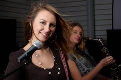 Młode kobiety z mikrofonem Fotografia Royalty Free