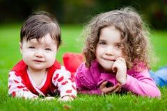 Młode siostry W trawie fotografia stock