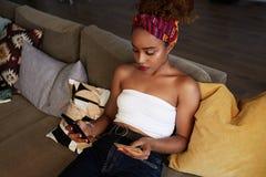 M?odego atrakcyjnego czarnego afrykanina ?e?ski mienie wr?cza karty kredytowej i telefonu kom?rkowego r?ki Technologia, internet  zdjęcie royalty free
