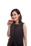 Młodego Azjatyckiego kobieta napoju pomidorowy sok Obraz Stock