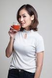 Młodego Azjatyckiego kobieta napoju pomidorowy sok Zdjęcia Royalty Free