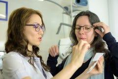 M?odej ?adnej kobiety dopasowania oka szkie? cierpliwa rama z oftalmologa optometrist okulist? zdjęcie royalty free