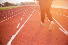 Młodej damy odprowadzenie na atletyki stadrium Fotografia Stock